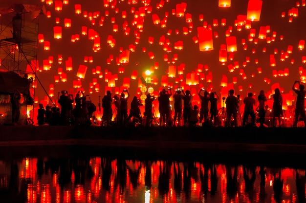 Lanterna di galleggiamento alla provincia di chiang mai, asia tailandia