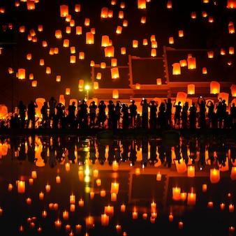 Lanterna di galleggiamento del cielo della gente tailandese durante il nuovo anno tradizionale tailandese nordico