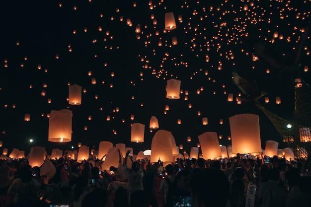 Lanterna di galleggiamento nella notte chiang mai tailandia