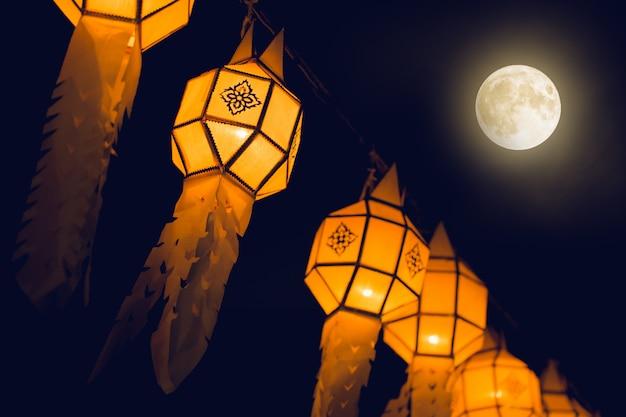 Lanterna nordica tailandese del festival di loy krathong nella città dell'attaccatura e della decorazione della tailandia con yi peng alla stagione di viaggio della tailandia di notte