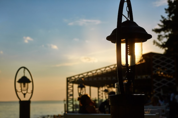 Lanterne al sole sulla spiaggia al tramonto