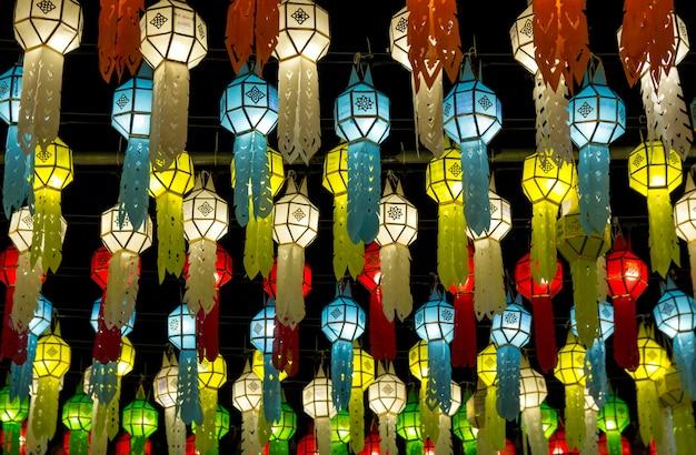 Lanterne d'attaccatura variopinte che si accendono sul cielo notturno nel festival krathong di loy a nordico della tailandia