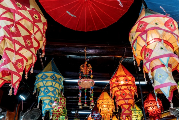 Lanterne di tutti i colori sono appese al tetto