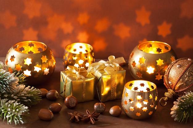 Lanterne e decorazioni di natale accese