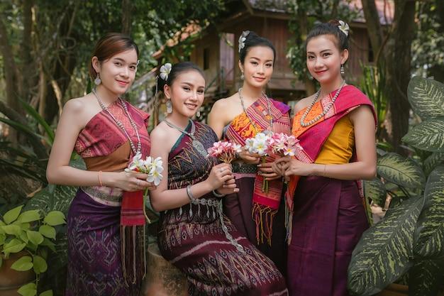 Lao ragazza vestita in abiti tradizionali laos bella ragazza del laos in costume del laos