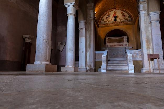 Lapidario della chiesa della visitazione della beata vergine maria a santa elisabetta a bale, valle, istria. croazia