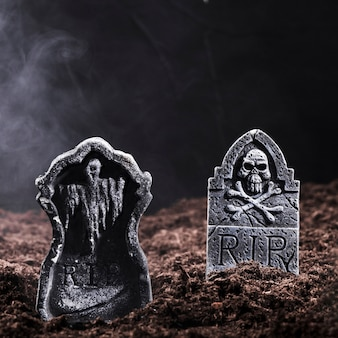 Lapidi con teschio e ossa sul cimitero notturno