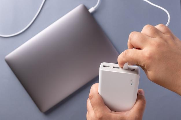 Laptop, caricabatterie e cavo usb