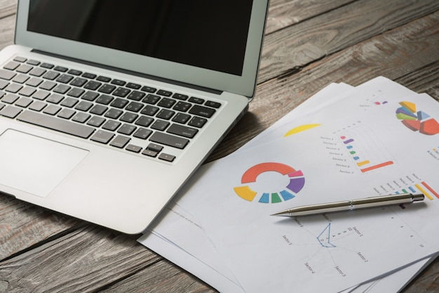 Laptop con documenti aziendali colorati
