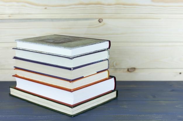 Laptop e libro sdraiato su una scrivania in libreria classica