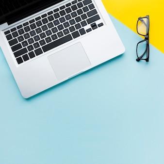 Laptop e occhiali copia spazio