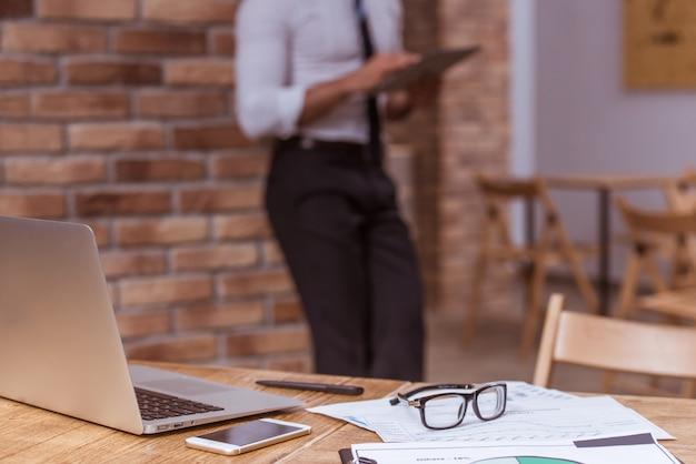 Laptop, smartphone, documenti e altri uffici.
