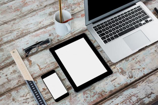 Laptop, tablet digitale, smartphone, occhiali e righello