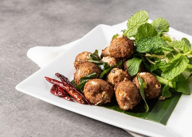 Larb di maiale fritto nel grasso bollente piccante, laab moo tod, ricetta in stile tailandese