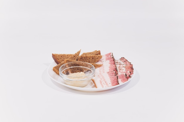 Lardo di maiale a fette. pancetta affettata grasso, sego, grasso, pancetta. isolare bianco