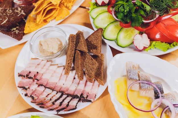 Lardo di maiale a fette. pancetta affettata grasso, sego, grasso, pancetta. sul tavolo