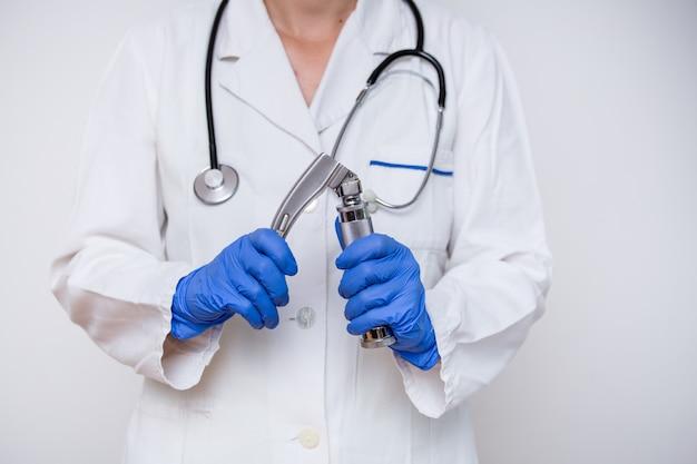 Laryngoscope della holding del medico della mano