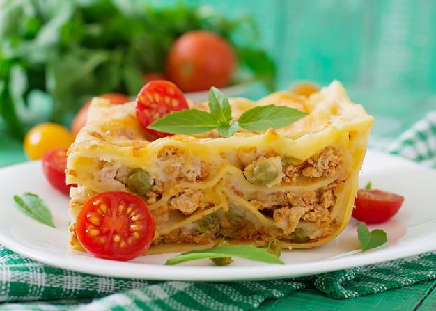 Lasagna con carne macinata, piselli e salsa