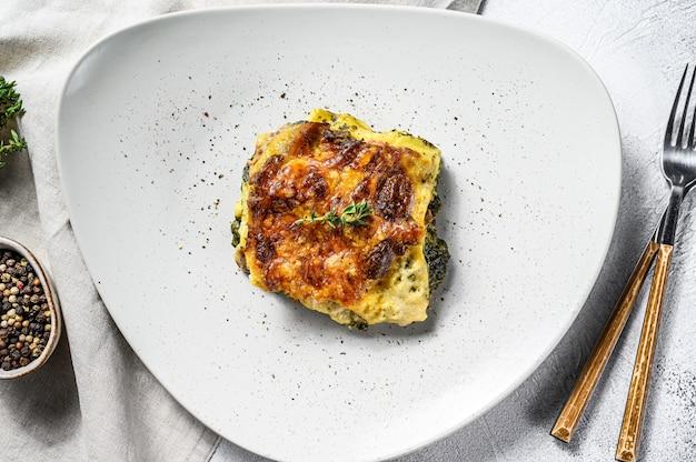 Lasagne agli spinaci su un piatto