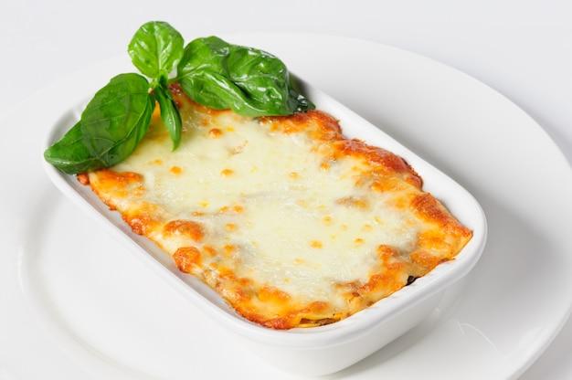 Lasagne al forno calde fresche su bianco