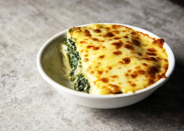 Lasagne di spinaci con formaggio stile alimentare italiano, lasagne vegetariane