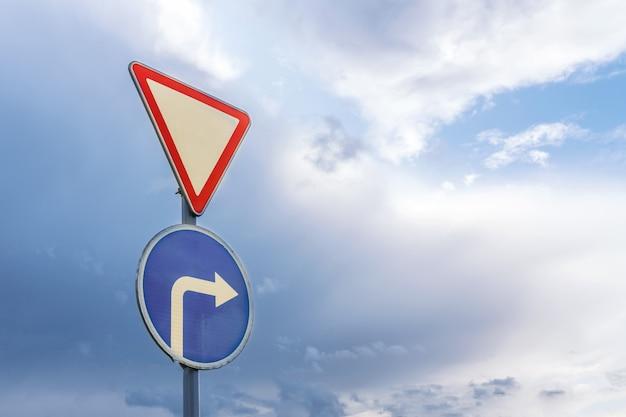Lascia la strada e gira a destra, sullo sfondo di drammatici cielo e nuvole