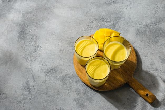 Lassi di mango, yogurt o frullato. vista superiore della bevanda popolare indiana di estate