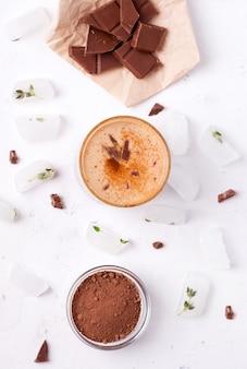 Lassi è una bevanda fredda al cioccolato accanto a cacao, cioccolato e ghiaccio