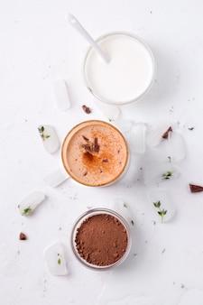 Lassi è una bevanda fredda al cioccolato accanto a yogurt e ingredienti al cacao