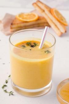 Lassi è una tradizionale bevanda indiana al mango al latte su bianco.