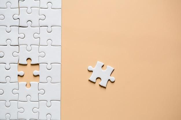 Lat lay, puzzle bianco incompiuto