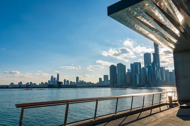 Lato del fiume dell'orizzonte di paesaggio urbano di chicago che prendendo dal pilastro della marina, illinois, stati uniti, usa, architettura e costruzione di affari