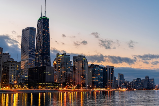 Lato del fiume di paesaggio urbano di chicago al bello tempo crepuscolare