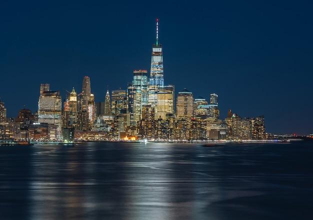 Lato del fiume di paesaggio urbano di new york di panorama a tempo crepuscolare, usa