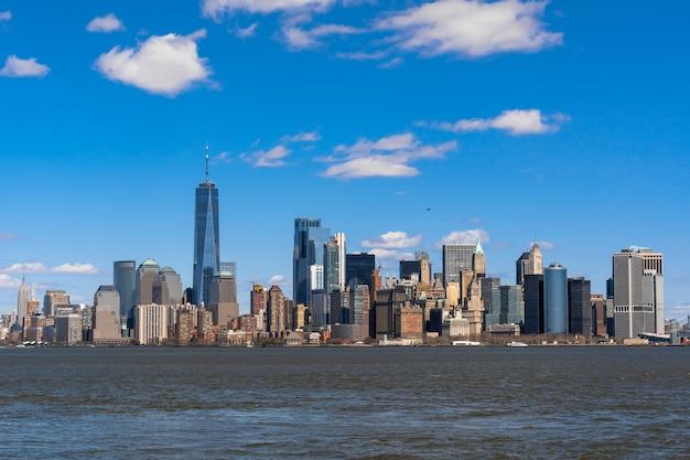 Lato del fiume di paesaggio urbano di new york