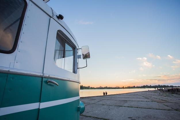 Lato di un piccolo furgone parcheggiato vicino alla spiaggia
