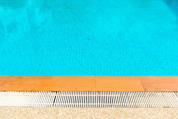 Lato piscina e acqua ondulazione