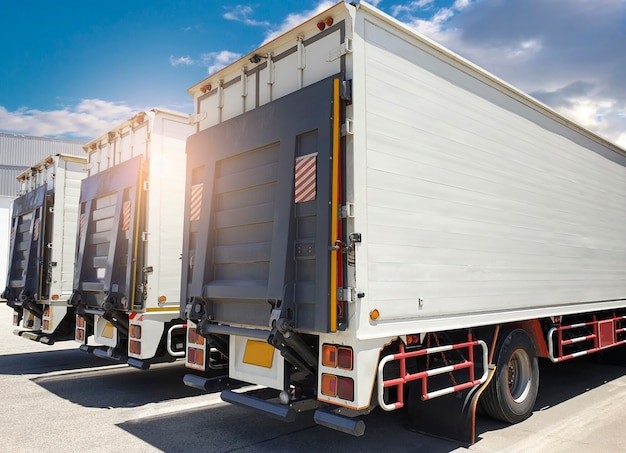 Lato posteriore un camion, carrello elevatore idraulico porta sul parcheggio presso il magazzino. trasporto merci e logistica merci.