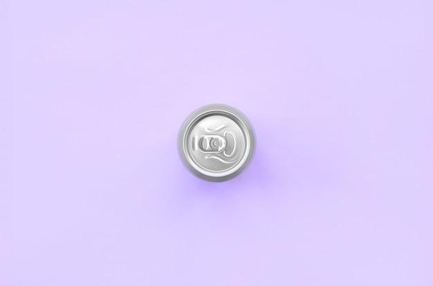 Latta di birra metallica sul fondo di struttura della carta di colore viola pastello di modo nel concetto minimo