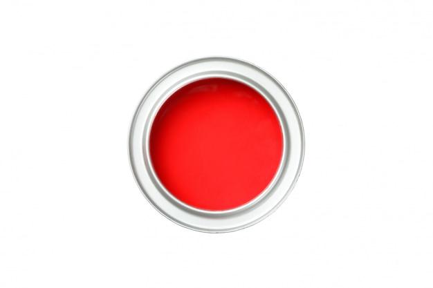 Latta di vernice rossa isolata su superficie bianca