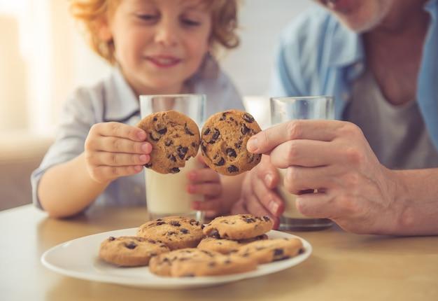 Latte alimentare bello del nipote e del nonno.