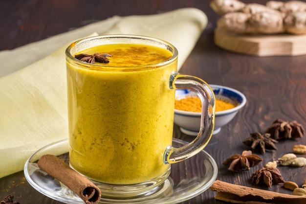 Latte ayurvedico dorato di latte di curcuma con curcuma e spezie