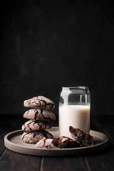 Latte biologico vista frontale con biscotti al cioccolato