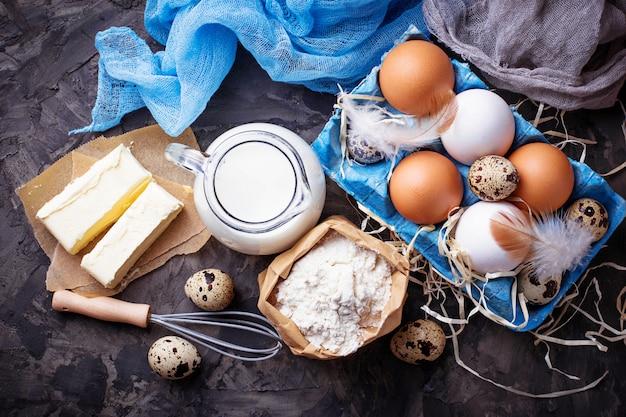 Latte, burro, uova, farina concetto di cottura vista dall'alto