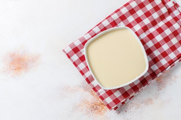 Latte condensato dolce fatto in casa.