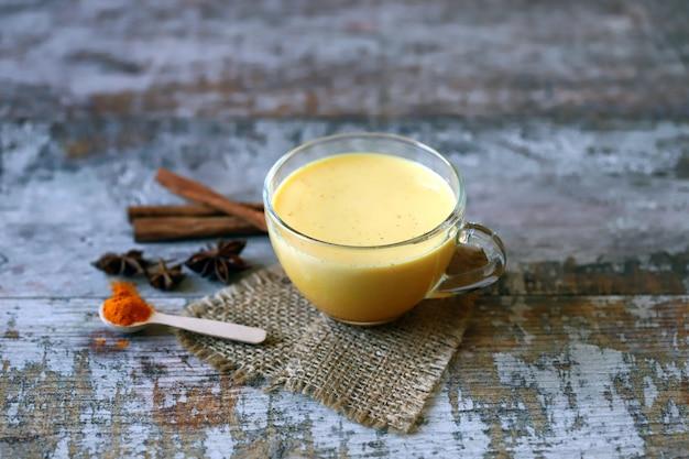 Latte di curcuma con spezie in una tazza.