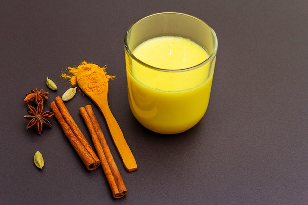 Latte di curcuma d'oro