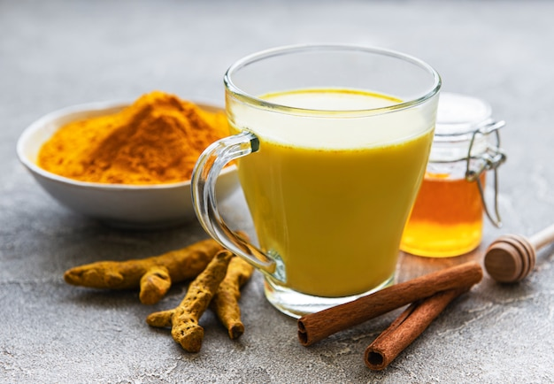 Latte di curcuma dorato