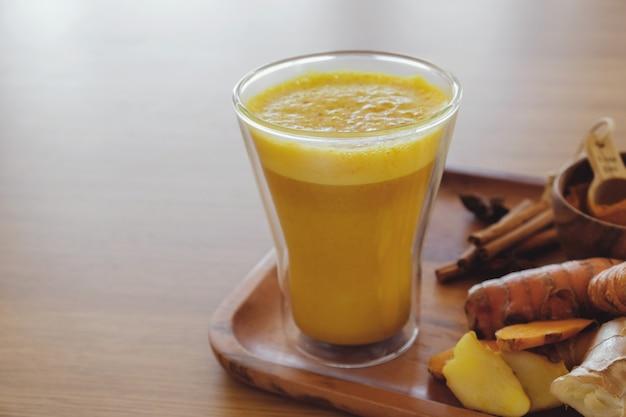 Latte di curcuma, latte dorato, latte di curcuma, bevanda sana hipster