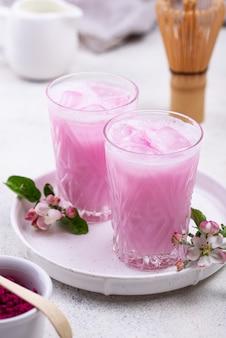 Latte di ghiaccio rosa matcha con latte